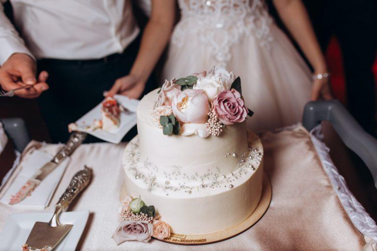 Woher bekommen wir eine Hochzeitstorte?