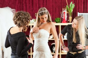 Mit wem suche ich mein Brautkleid aus?